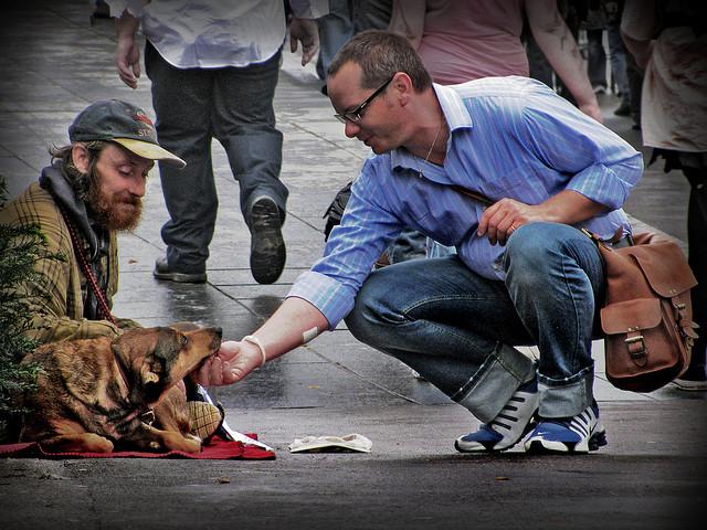 Sans-abri dans la rue avec un chien